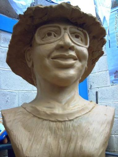 Una escultura de 40x60 centímetros elaborada por el escultor Johny Mcdonald sobre Jeanette Kawas.