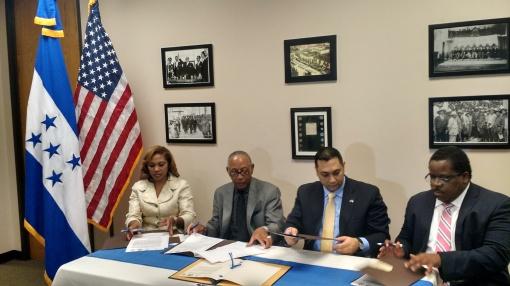 El cónsul hondureño Roberto Martínez firmó recientemente un convenio financiero