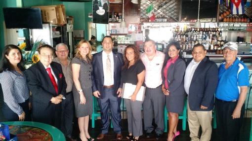 El cónsul de Honduras en Nueva Orleans junto a los medios de comunicación de la ciudad