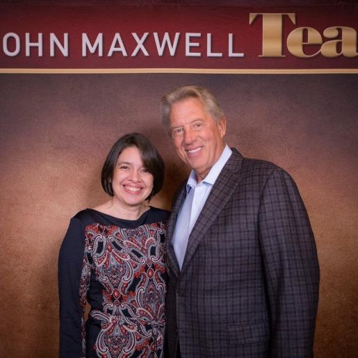 Jessica junto al renombrado conferencista internacional John C. Maxwell