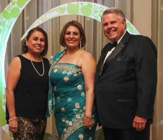 Claudia Romero junto al presidente de la marca Oriflame de Centroamérica y su esposa.