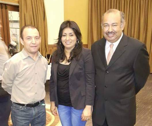Leoncio Velásquez -der- presidente de la Organización Hula junto a hondureños radicados en Los Ángeles.