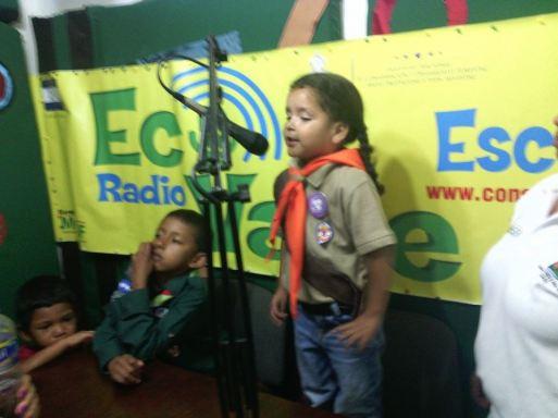 Valeria, niña Scout participando en un programa radial para el día del niño y niña