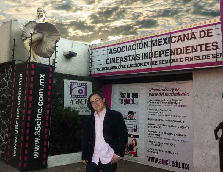Gustavo Madrid Frente a la Asociación Mexicana de Cineastas Independientes, donde actualmente imparte clases.