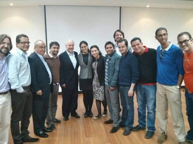 El hondureño Richard junto al expresidente de Colombia Andrés Pastrana y un grupo de compañeros latinoamericanos
