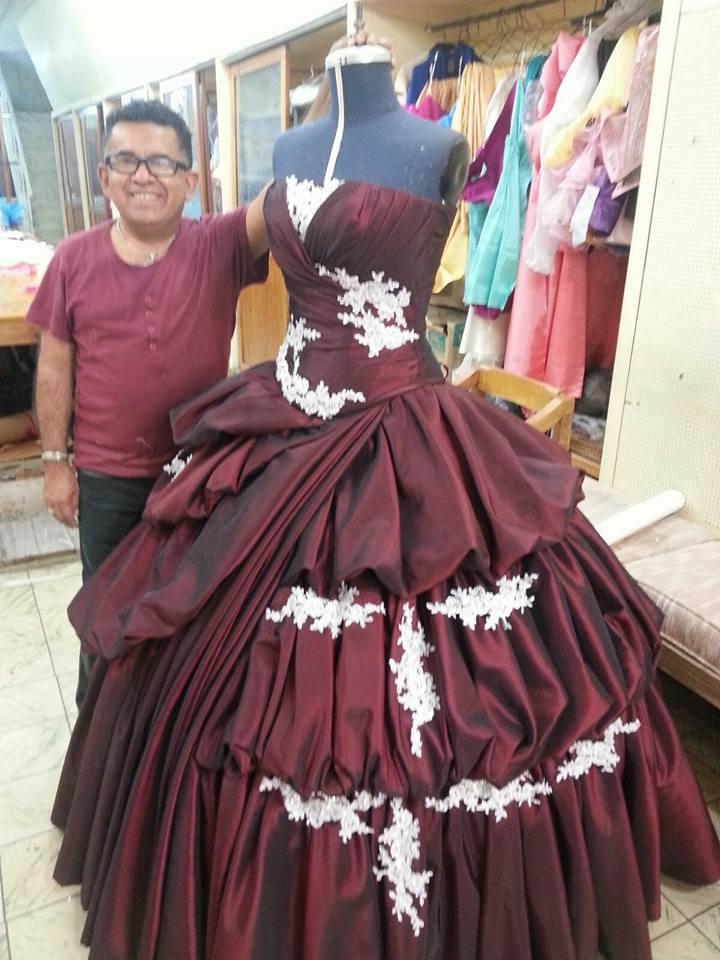 Ramiro en su atelier confecciona vestidos altamente cotizados en la Ciudad de México