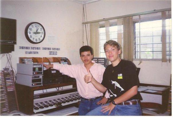 En la legendaria radioemisora hondureña Estereo Mil donde Julio también se desempeñó en su país natal